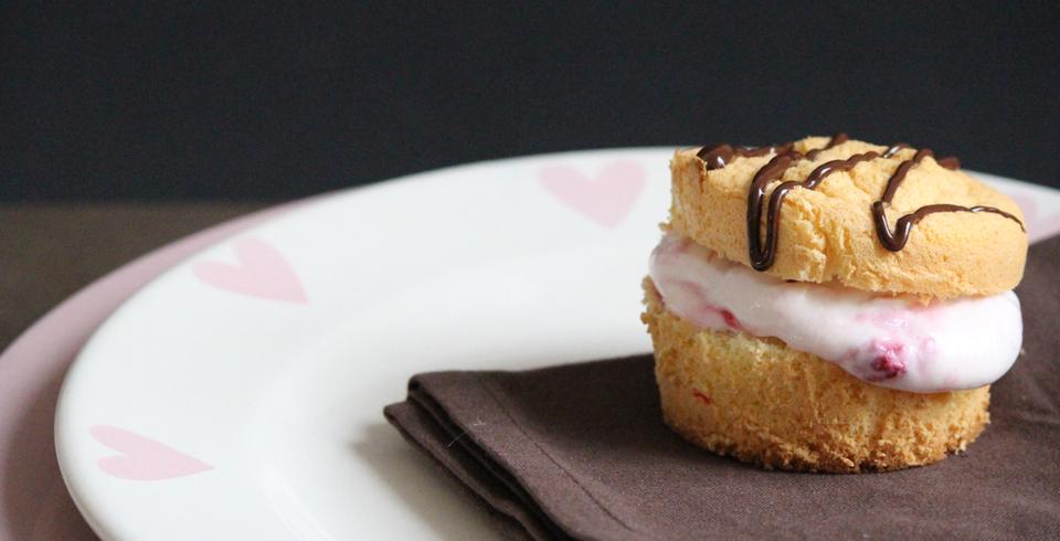 fluffige biskuit muffins mit einer leichten himbeer quark f llung fr ulein sommerfeld. Black Bedroom Furniture Sets. Home Design Ideas